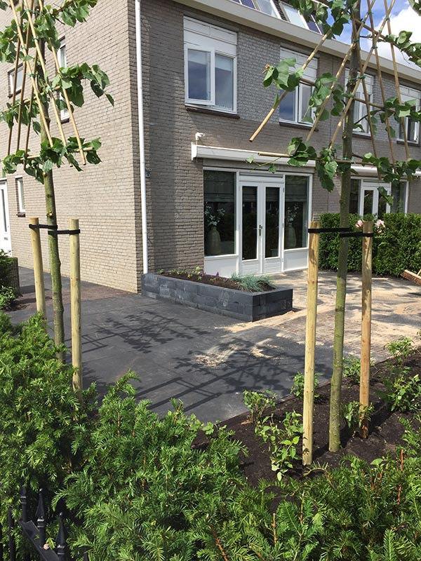 Complete tuin voorzien van tuinmeubulair - 13 van 19