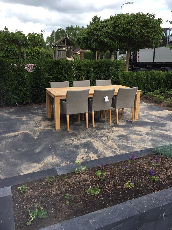 Complete tuin voorzien van tuinmeubulair - 17 van 19
