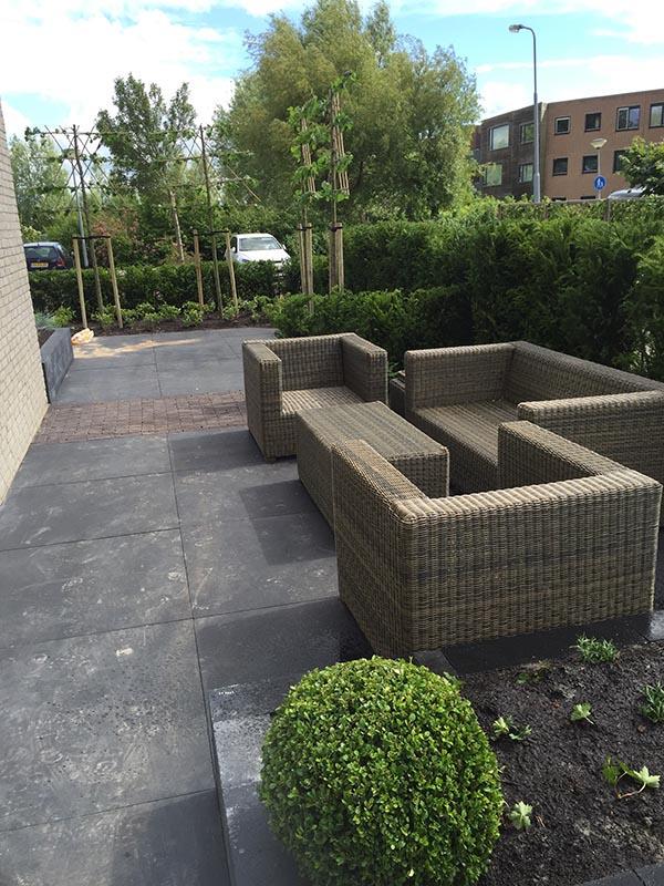 Complete tuin voorzien van tuinmeubulair - 4 van 19