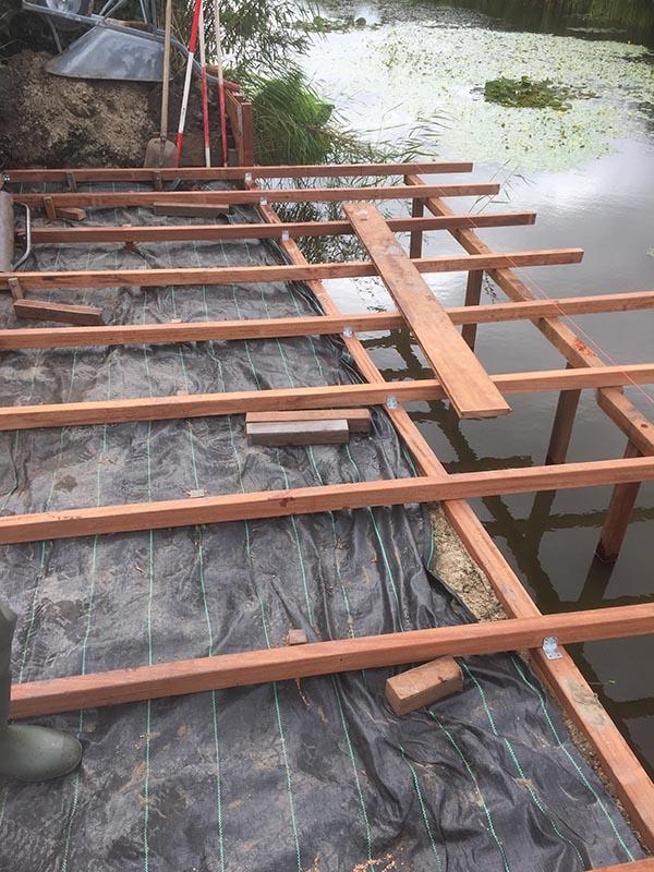Hardhouten damwand met een overhangend terras van Keramische tegels - 13 van 20