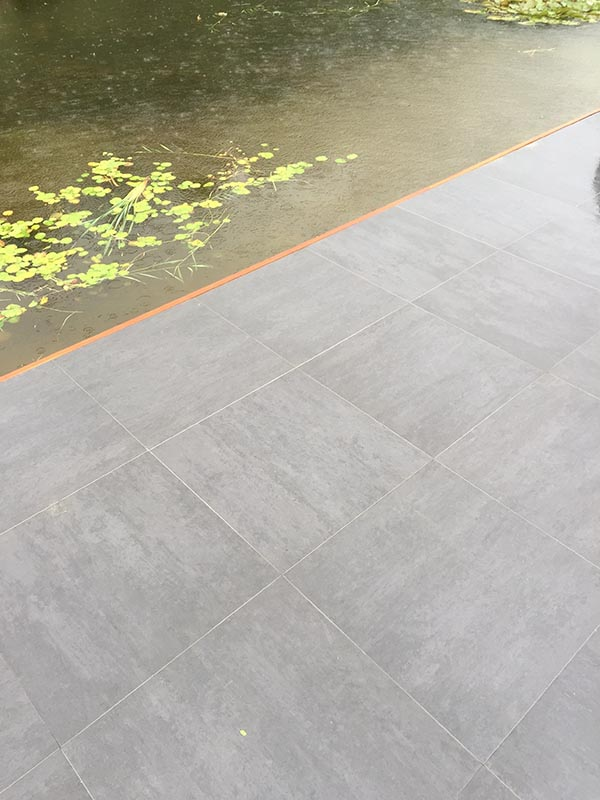 Hardhouten damwand met een overhangend terras van Keramische tegels - 14 van 20