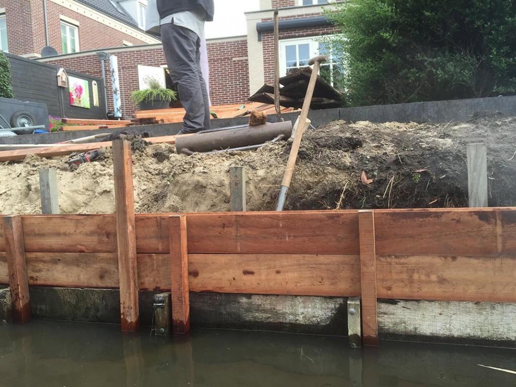 Hardhouten damwand met overhangend terras van keramische tegels garden desiggarden desig - Dek een terras met tegels ...