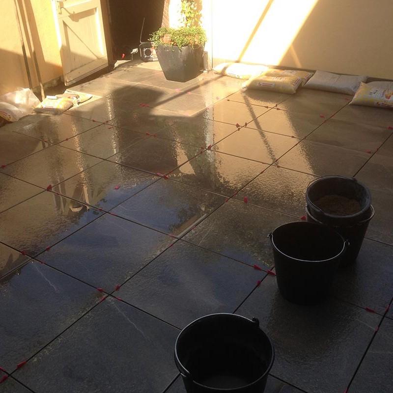 Keramische tegels in patio