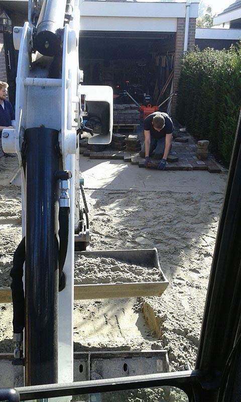 Renovatie oprit en achtertuin met deel van aanwezige materialen - 1 van 15