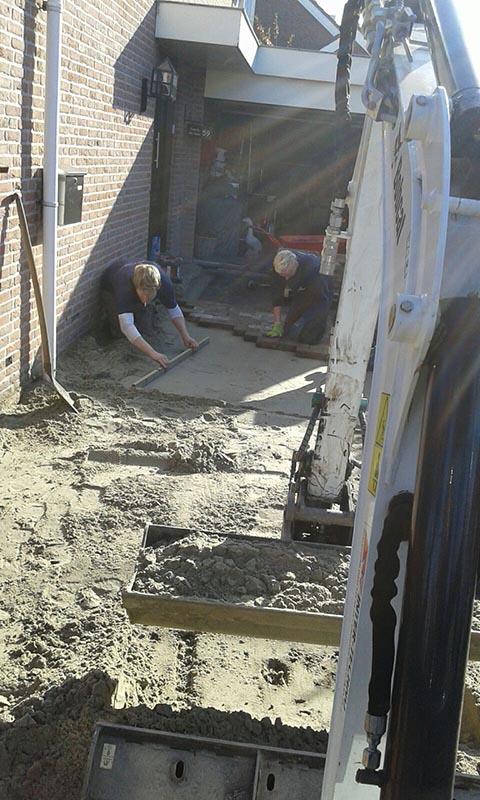 Renovatie oprit en achtertuin met deel van aanwezige materialen - 2 van 15